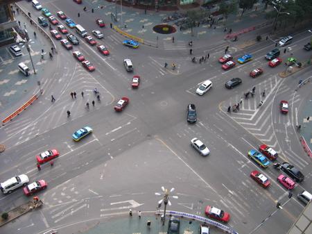 在十字路口,无划线,无红绿灯,我车自西向东行驶,对方车辆自北向南